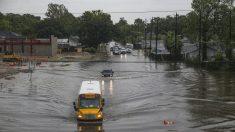 Valiente estudiante en Texas salva a mujer y bebé atrapados en las inundaciones por tormenta Imelda
