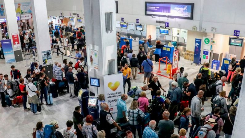 Turistas esperan en el mostrador de la compañía Thomas Cook en el aeropuerto de Heraklion en la isla de Creta el 23 de septiembre de 2019. (COSTAS METAXAKIS/AFP/Getty Images)