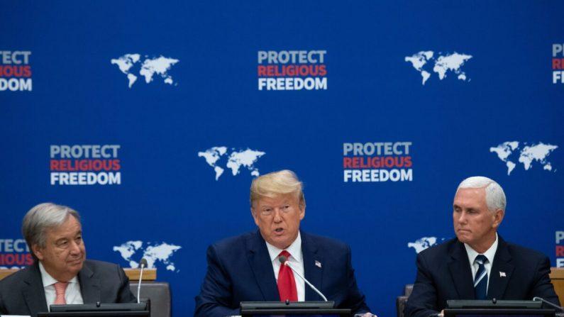 El presidente de los Estados Unidos, Donald Trump (C), habla junto al vicepresidente de los Estados Unidos, Mike Pence (D) y el secretario general de la ONU, Antonio Guterres (I), en un evento de las Naciones Unidas sobre la libertad religiosa en la sede de la ONU en Nueva York, el 23 de septiembre de 2019. (Foto por SAUL LOEB / AFP) (Saul Loeb/AFP/Getty Images)
