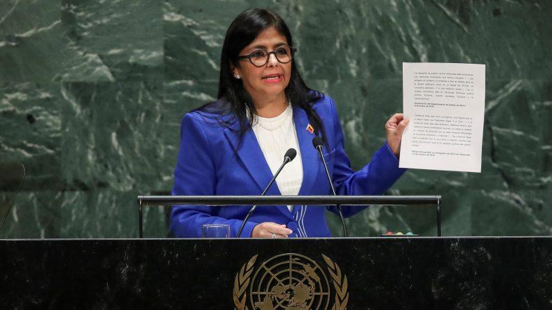 La vicepresidenta del régimen venezolano, Delcy Rodríguez, sostiene un documento mientras se dirige a la Asamblea General de las Naciones Unidas en la sede de la ONU el 27 de septiembre de 2019 en la ciudad de Nueva York. (Foto de Drew Angererer/Getty Images)