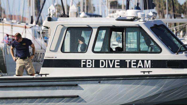 Un barco del equipo de buceo del FBI está listo en el puerto de Santa Bárbara el 4 de septiembre de 2019 en Santa Bárbara, California. Las autoridades anunciaron que los cuerpos de 33 víctimas han sido recuperados después de que el buque comercial de buceo Concepción se incendiara y luego se hundiera, mientras estaba anclado cerca de la isla Santa Cruz, en la madrugada del 2 de septiembre. Cinco miembros de la tripulación sobrevivieron. (Mario