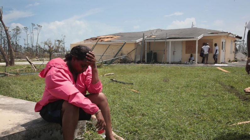 La gente espera que los suministros de socorro lleguen al aeropuerto de Treasure Cay después del huracán Dorian el 4 de septiembre de 2019 en Gran Abaco, Bahamas. (Scott Olson/Getty Images)