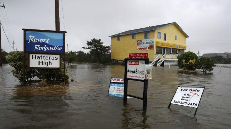Las carreteras siguen inundadas tras el paso del huracán Dorian el 6 de septiembre de 2019 en Rodanthe, Carolina del Norte. (Mark Wilson/Getty Images)