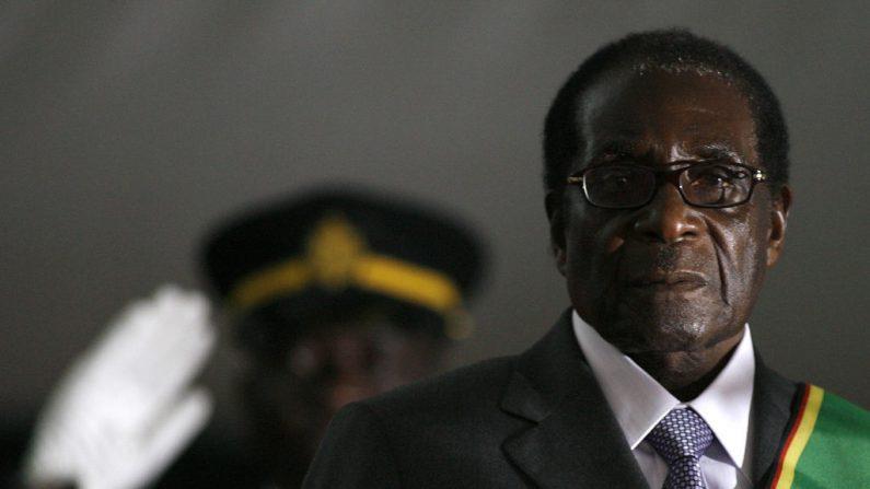 El presidente de Zimbabwe, Robert Mugabe, toma posesión de su cargo por un sexto mandato en Harare, el 29 de junio de 2008, después de haber sido declarado ganador de una elección unipersonal. (ALEXANDER JOE/AFP/Getty Images)