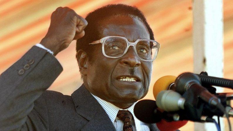 El presidente de Zimbabue, Robert Mugabe, en un mitin en el suburbio de Harare, Highfield, el 17 de junio de 2000. (ODD ANDERSEN/AFP/Getty Images)