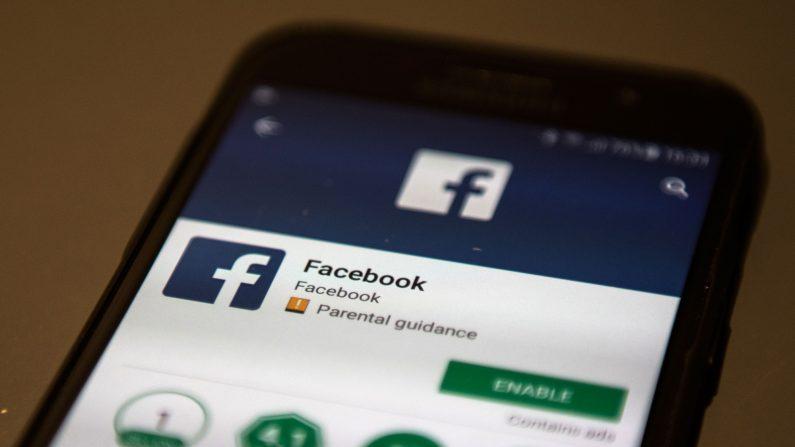 Un teléfono móvil muestra la pantalla de descarga de la aplicación de red social Facebook, tomada en Manchester, Inglaterra el 22 de marzo de 2018. (Oli Scarff/AFP/Getty Images)
