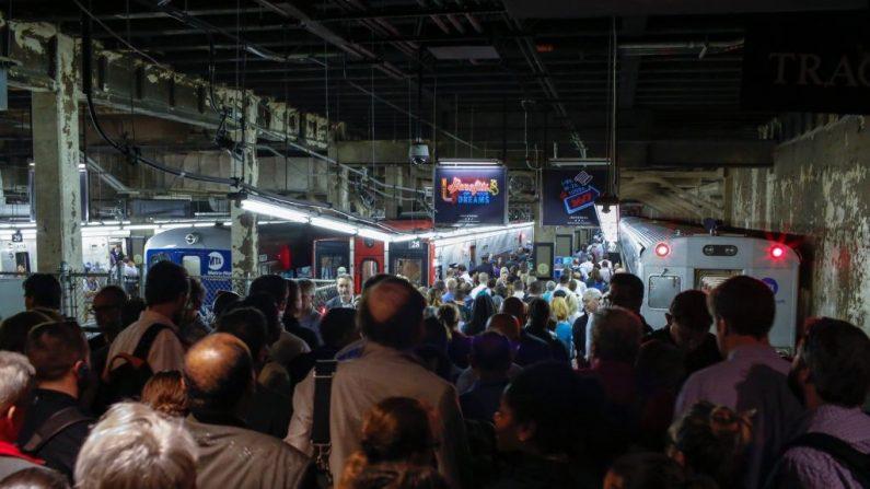 Viajeros intentan conseguir un tren en la Terminal Grand Central el 15 de mayo de 2018 en la ciudad de Nueva York. (Foto: Eduardo Muñoz Álvarez/Getty Images)