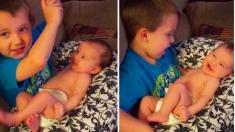 Filma a su hijo cantándole a su nueva hermanita y la reacción es más que adorable