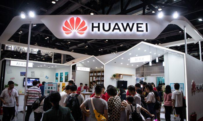 El público asistente visita un stand de la exposición de Huawei durante la Exposición de la Industria Electrónica en Beijing, China, el 2 de agosto de 2019. (Fred Dufour/AFP/Getty Images)