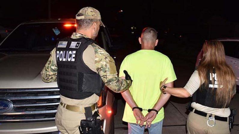 Los oficiales de ICE detienen al extranjero ilegal Leopoldo Serrano Vargas el 11 de septiembre de 2019. (ICE)