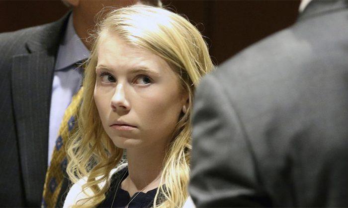 Foto de arquivo da ex-líder de torcida do ensino médio Brooke Skylar Richardson, então com 19 anos, que foi acusada de assassinato agravado e outras ofensas no tribunal do condado de Warren, no Líbano, Ohio, em 12 de abril de 2018 (Cara Owsley / The Cincinnati Enquirer via AP)