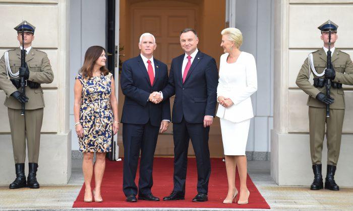 O presidente polonês Andrzej Duda (2º a direita) e o vice-presidente dos EUA Mike Pence (2º à esquerda) apertam as mãos enquanto suas esposas Agata Kornhauser-Duda (direita) e Karen Pence (esquerda) no palácio presidencial de Varsóvia em setembro. 2, 2019 (JANEK SKARZYNSKI / AFP / Getty Images)