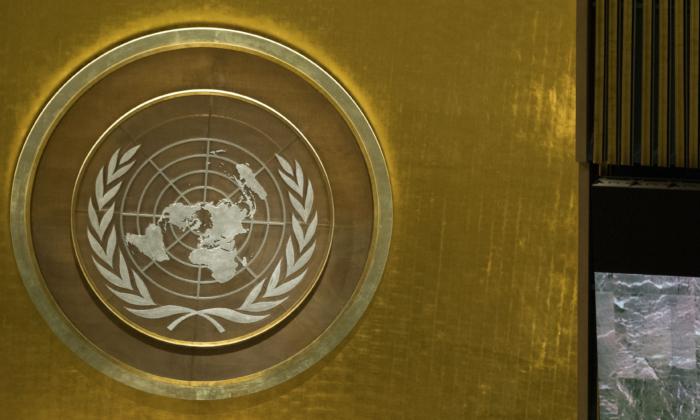 O logotipo das Nações Unidas é visto na Assembléia Geral na sede da ONU, em 20 de setembro de 2016 na cidade de Nova Iorque. (Drew Angerer / Getty Images)