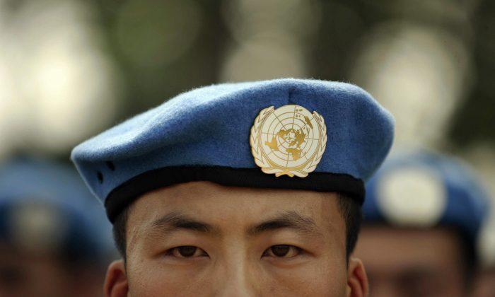 Soldados del Ejército Popular de Liberación (EPL) desplegados en misiones de mantenimiento de la paz de las Naciones Unidas (ONU) se alinean en su base en la provincia china de Henan antes de ser enviados a África, el 15 de septiembre de 2007. (PETER PARKS/AFP/Getty Images)