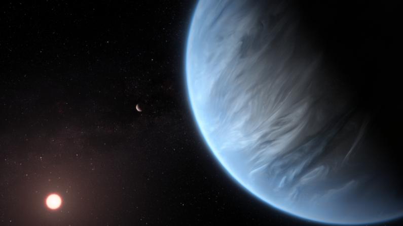 Esta impresión artística muestra el planeta K2-18b, su estrella anfitriona y un planeta acompañante en este sistema. K2-18b es ahora el único exoplaneta súper-Tierra conocido por albergar tanto agua como temperaturas que podrían soportar la vida. (ESA / Hubble, M. Kornmesser)