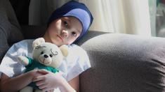 El cáncer no detiene a este niño mexicano que fabrica llaveros para pagar su costoso tratamiento