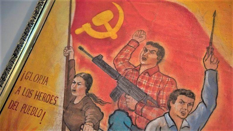 Ilustração da propaganda do grupo terrorista Sandero Luminoso exibida no pequeno museu da liderança antiterrorista DIRCOTE, dedicado a mostrar a ameaça representada pela guerrilha fundamentalista no Peru (ERNESTO BENAVIDES / AFP / Getty Images)