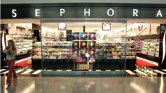 Niño daña maquillaje de USD 1300 en la tienda y una clienta molesta culpa a la madre por su descuido