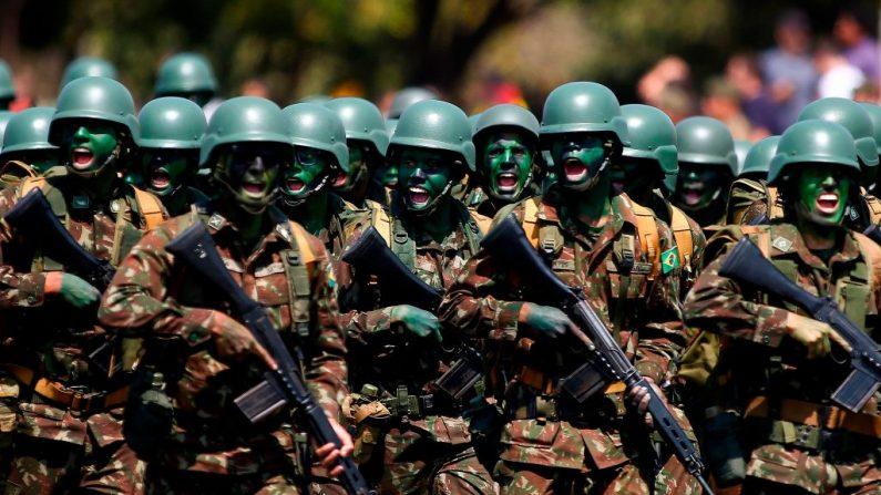 Soldados do exército brasileiro marcham durante uma cerimônia para o Dia do Soldado na sede do exército brasileiro em Brasília, Brasil, em 23 de agosto de 2019 (Foto de SERGIO LIMA / AFP / Getty Images)