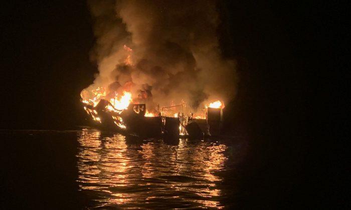 Foto proporcionado por el Departamento de Bomberos del Condado de Santa Bárbara, con el navío Concepción de 23 metros mientras ce incendia anclado en la Isla de Santa Cruz en California. (Departamento de Bomberos del Condado de Santa Bárbara vía Getty Images)
