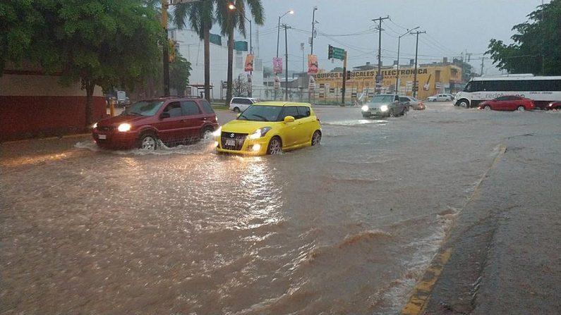 El ciclón Lorena ganó fuerza en las últimas horas y se convirtió de nuevo en huracán de categoría 1 en la escala Saffir-Simpson muy cerca de la península de Baja California, por lo que favorece lluvias torrenciales, advirtió este viernes el Servicio Meteorológico Nacional (SMN) de México. EFE/Juan Carlos Cruz