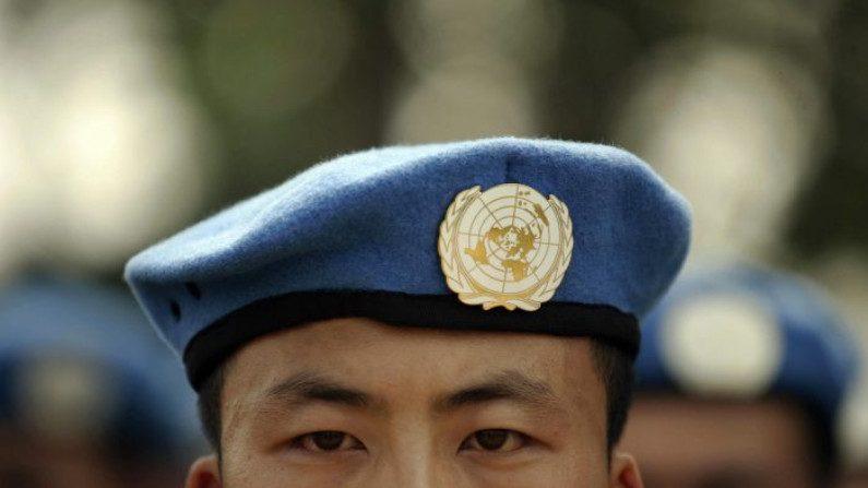 Soldados do Exército Popular de Libertação (EPL) destacados para missões de manutenção da paz das Nações Unidas (ONU) se alinham em sua base na província chinesa de Henan antes de serem enviados para a África em 15 de setembro de 2007 ( PETER PARKS / AFP / Getty Images)