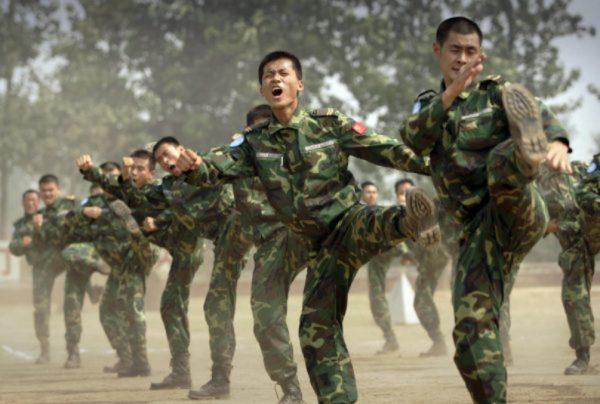 Soldados do Exército Popular de Libertação (EPL) enviados em missões de manutenção da paz das Nações Unidas (ONU) realizam exercícios de autodefesa em sua base na província de Henan, na China central, antes de serem enviados para a África, em 15 de setembro de 2007 (PETER PARKS / AFP / Getty Images)