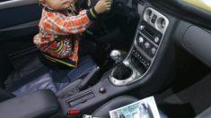 Menino de cinco anos dirige carro em busca do pai e causa um acidente de trânsito