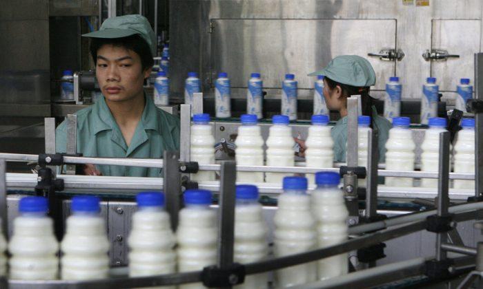 Interior de una fábrica de leche Wahaha en China. (Mark Ralston/AFP/Getty Images)