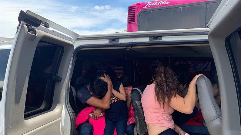 Fotografía cedida este jueves, por la Secretaría de Seguridad y Protección Ciudadana (SSPC), que muestra a migrantes interceptados en el estado de Veracruz (México). Agentes de la Policía Federal y del Instituto Nacional de Migración (INM) de México interceptaron y auxiliaron en el estado oriental de Veracruz a 167 migrantes, EFE/SSPC/