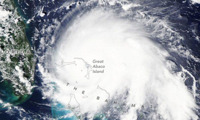 Uma foto de satélite da NASA mostra o furacão Dorian no noroeste das Bahamas (NASA)