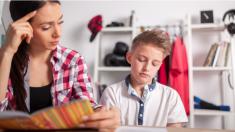 Mamá alarmada toma drástica medida con su hijo para asegurarse que no vuelva a portarse mal en clase