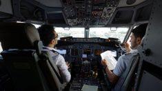 Familia lleva restos de soldado caído a bordo de un avión, el magnífico gesto del piloto se hizo viral
