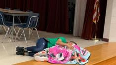 """Mamá llama """"ángel"""" a conserje de la escuela que calma y consuela a su hija autista"""