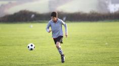 """Niño argentino juega al fútbol con una pierna ortopédica como si fuera """"la final de la copa del mundo"""""""