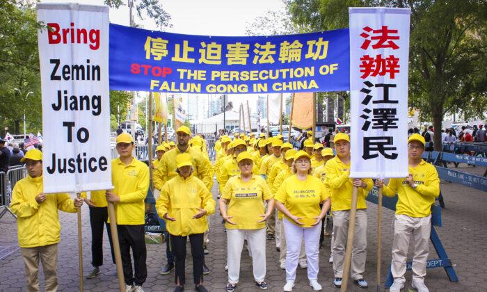 Practicantes de Falun Dafa protestan por la persecución llevada a cabo en China en la Plaza de las Naciones Unidas, el 24 de septiembre de 2019. (Eva Fu/La Gran Época)