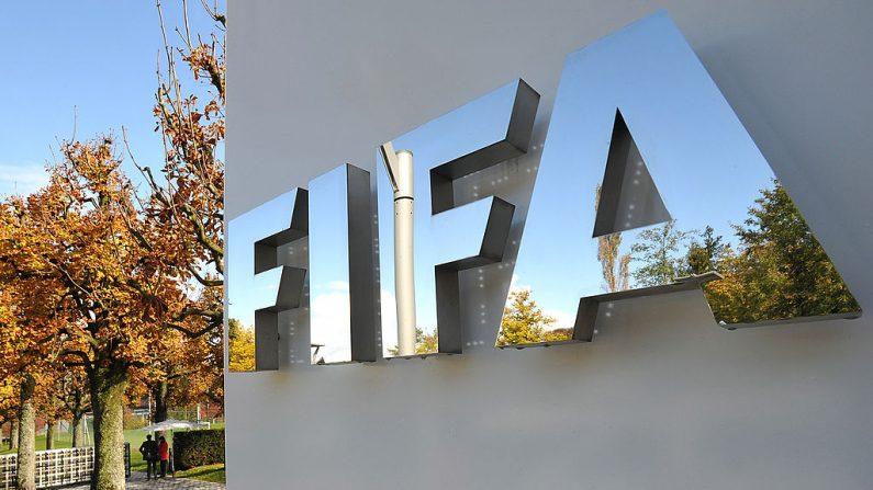 O logotipo da FIFA é visto fora da sede da FIFA antes da reunião do Comitê Executivo da FIFA em 20 de outubro de 2011 em Zurique, Suíça (Foto de Harold Cunningham / Getty Images)