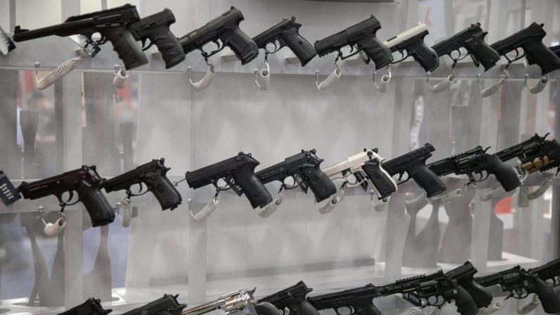 Las armas de fuego se muestran en una sala de exposiciones en el Centro de Convenciones Kay Bailey Hutchison durante la convención anual de la NRA en Dallas, Texas, el 6 de mayo de 2018. (Loren Elliott/AFP/Getty Images)