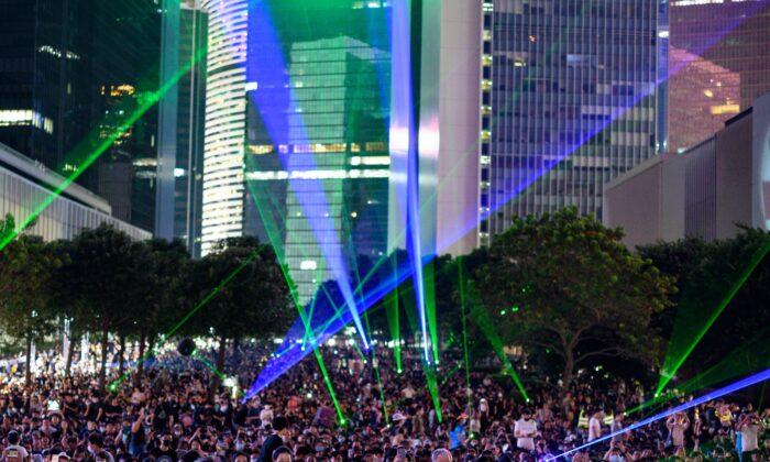"""El público asiste a un acto para conmemorar el quinto aniversario del """"Movimiento de los Paraguas"""", en el área de Admiralty de Hong Kong el 28 de septiembre de 2019. (Philip Fong/AFP/Getty Images)"""