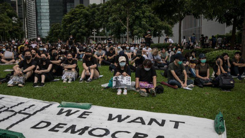 """HONG KONG, CHINA - 02 DE SETEMBRO: Manifestantes participam de um comício de boicote escolar no Tamer Park, no distrito Central, em 2 de setembro de 2019 em Hong Kong, em 2 de setembro de 2019 em Hong Kong, China. Manifestantes pró-democracia continuaram as manifestações em Hong Kong desde 9 de junho contra um projeto de lei controverso que permite extradições para a China continental, já que os protestos em andamento ultrapassaram o Movimento Guarda-Chuva há cinco anos, tornando-se a maior crise política desde que a Grã-Bretanha entregou sua colônia de volta à China. 1997. A líder apavorada de Hong Kong, Carrie Lam, pediu desculpas por apresentar o projeto e o declarou """"morto"""", no entanto, a campanha continua a atrair grandes multidões para expressar seu descontentamento, enquanto muitos acabam em confrontos violentos com a polícia, pois os manifestantes não mostram sinais de parada ( Foto por Chris McGrath / Getty Images)"""