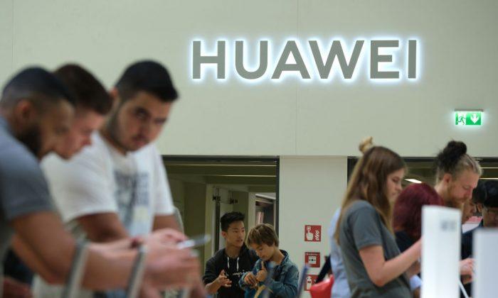 Los visitantes echan un vistazo a los nuevos teléfonos inteligentes Huawei en la feria de electrodomésticos y electrodomésticos IFA 2019 que se celebró en Berlín, el 6 de septiembre de 2019. (Sean Gallup/Getty Images)