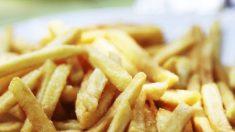 Adolescente queda ciego por alimentarse solo de papas fritas y comida chatarra durante años