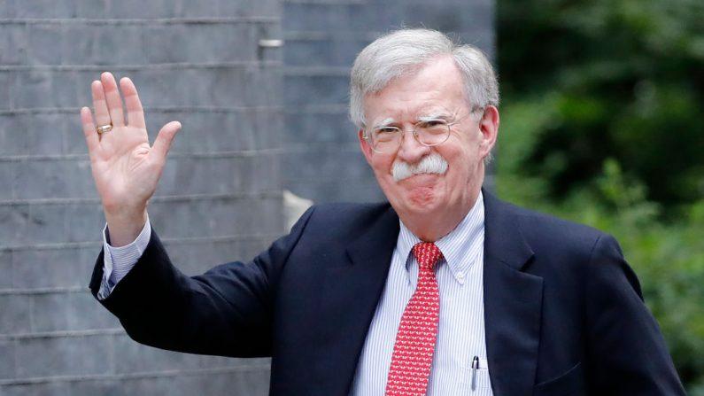 O ex-conselheiro de segurança nacional dos EUA, John Bolton, chega a Downing Street, em Londres, em 13 de agosto de 2019, antes de sua reunião com o chanceler britânico do Tesouro Sajid Javid (Foto de TOLGA AKMEN / AFP / Getty Images)