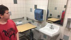 """Mueven escritorio de niño de 11 años con necesidades especiales al baño para darle """"espacio tranquilo"""""""
