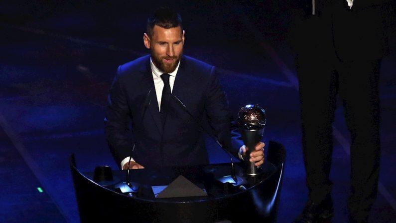 O argentino Lionel Messi de Barcelona recebe o prêmio de Melhor Jogador Masculino da FIFA durante o Best FIFA Football Awards 2019 em Milão, Itália, 23 de setembro de 2019 (Foto: EFE / EPA / MATTEO BAZZI)