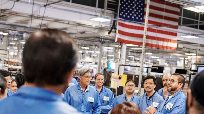 Trabajadores de la instalación que fabricará computadoras Apple Mac Pro en Austin, Texas, en una foto de archivo. (Apple)