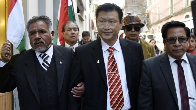 Candidato presidencial da Bolívia para o Partido Democrata Cristão (PDC), nascido na Coreia do Sul, o cidadão boliviano Chi Hyun Chung (centro) sai de um evento em La Paz, Bolívia, em 16 de agosto de 2019 (AIZAR RALDES / AFP / Getty Images)