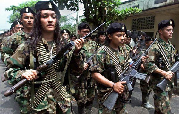 Guerrilheiros das Forças Armadas Revolucionárias Marxistas da Colômbia (FARC) em 7 de fevereiro de 2001 em San Vicente (LUIS ACOSTA / AFP / Getty Images)