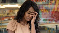 Mujer hace llorar a una adolescente que vende dulces afuera de una tienda, hasta que un extraño interviene