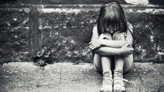 Detienen a padre que habría permitido que 30 hombres violen a su hija de 12 años: la niña pide perdón